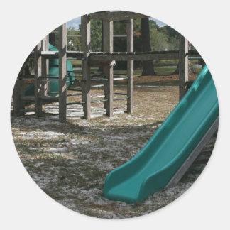 Diapositiva verde del patio, gimnasio de madera de pegatina redonda