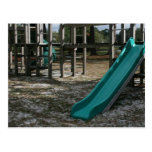Diapositiva verde del patio, gimnasio de madera de postal