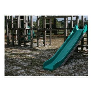 Diapositiva verde del patio, gimnasio de madera de postales