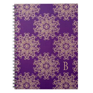 Diario con monograma del cuaderno de la púrpura y
