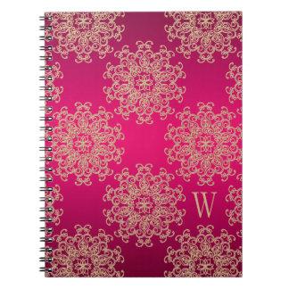 Diario con monograma del cuaderno del fucsia y del
