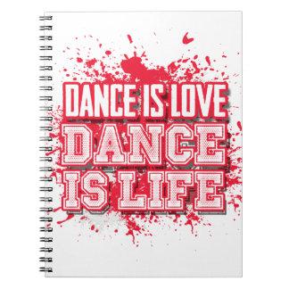 Diario de la escritura del amor de la danza en el libro de apuntes con espiral