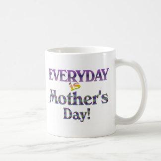 ¡DIARIO es el día de madre! púrpura Taza