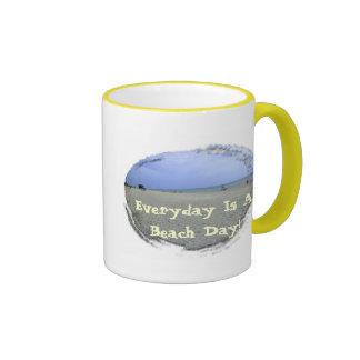 Diario es un día de la playa taza de dos colores