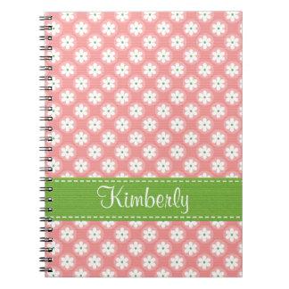Diario rosado y verde del cuaderno espiral de la m