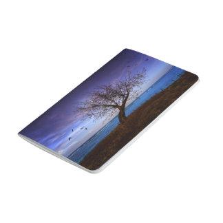 Diario solitario del árbol cuaderno grapado