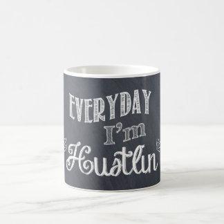 Diario soy taza de café de la pizarra de Hustlin