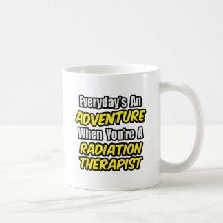 Diario un terapeuta de la radiación de la aventura taza básica blanca