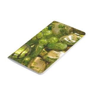 Diario verde del bolsillo de las gotas