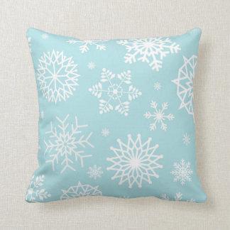 Días de fiesta blancos azules del navidad del copo cojín decorativo