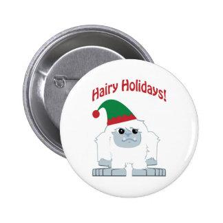 ¡Días de fiesta melenudos! Navidad Yeti Pin Redondo De 2 Pulgadas