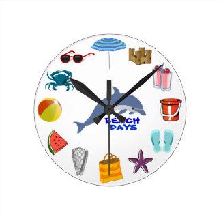 Días de la playa del verano del océano del reloj redondo mediano