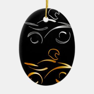 Dibujo abstracto de una moto y de un motorista adorno navideño ovalado de cerámica