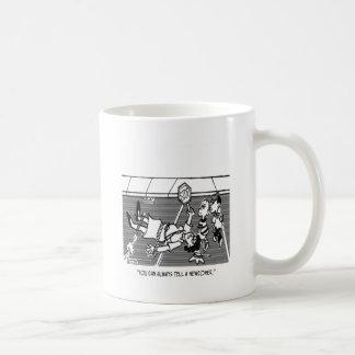 Dibujo animado 2163 del guardia de travesía taza de café