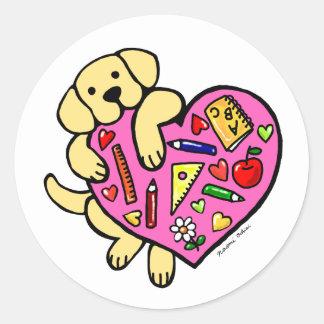 Dibujo animado amarillo del corazón de Labrador y Pegatina Redonda