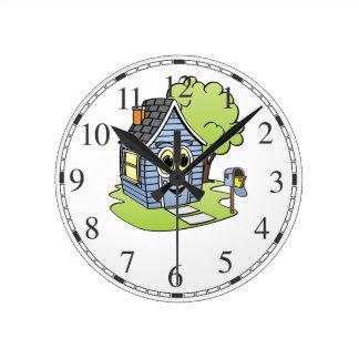 Dibujo animado azul de la casa reloj redondo mediano