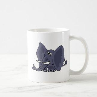 Dibujo animado azul divertido del elefante taza clásica