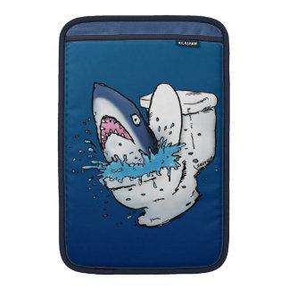 Dibujo animado azul divertido del tiburón del retr funda macbook air