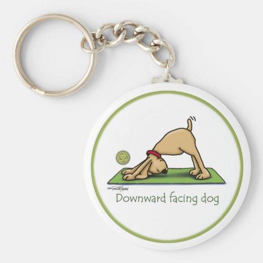 Dibujo animado boca abajo del perro llavero redondo tipo pin