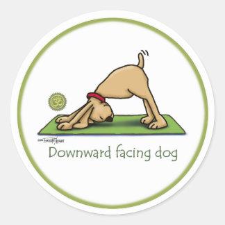 Dibujo animado boca abajo del perro pegatina redonda