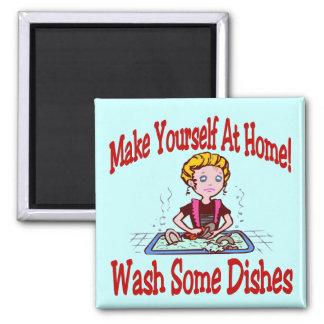 Dibujo animado cómico del quehacer doméstico iman de nevera