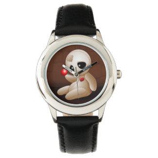 Dibujo animado de la muñeca del vudú en reloj del