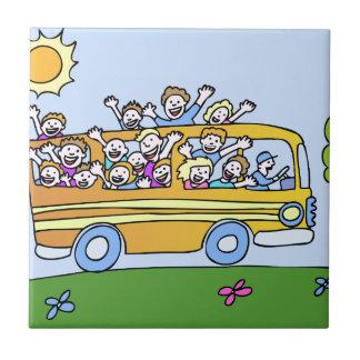 Dibujo animado de los jinetes de autobús escolar azulejo cuadrado pequeño