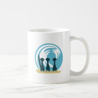 Dibujo animado de los meercats que practica surf q taza de café