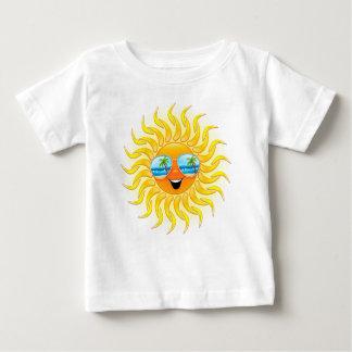 Dibujo animado de Sun del verano con la camiseta Camisas