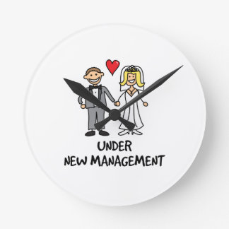 Dibujo animado del boda - bajo nueva gestión reloj redondo mediano