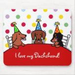 Dibujo animado del cumpleaños del Dachshund Alfombrillas De Ratones