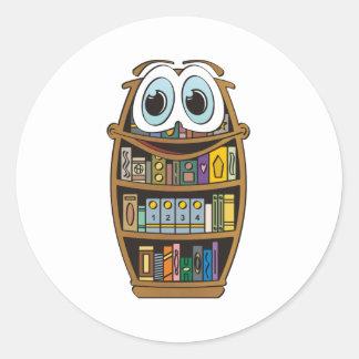 Dibujo animado del estante para libros etiqueta redonda