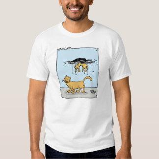 Dibujo animado del gatito que lleva del abejón en camisas