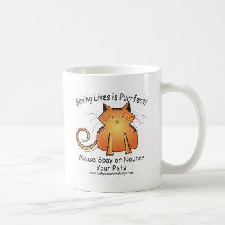 Dibujo animado del gato en la taza de cerámica