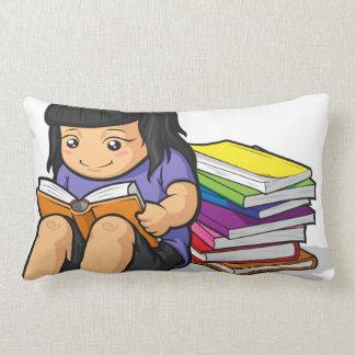 Dibujo animado del libro de lectura de la estudian cojines
