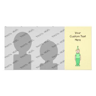 Dibujo animado del muchacho del cumpleaños en verd tarjetas fotograficas