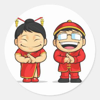 Dibujo animado del muchacho y del chica chinos pegatina redonda