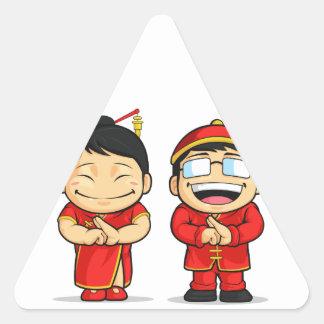Dibujo animado del muchacho y del chica chinos pegatina triangular