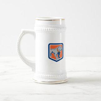 Dibujo animado derecho del escudo del dogo enojado jarra de cerveza