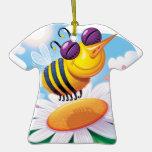 Dibujo animado divertido de la abeja en margarita ornato