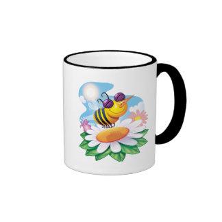 Dibujo animado divertido de la abeja en margarita taza a dos colores