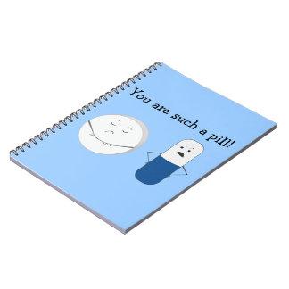 Dibujo animado divertido de la píldora cuadernos