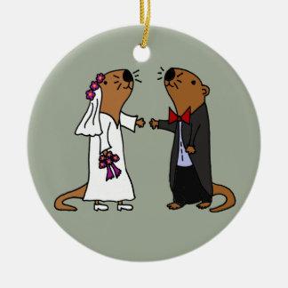 Dibujo animado divertido del boda de la nutria adorno navideño redondo de cerámica