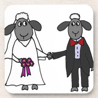 Dibujo animado divertido del boda de las ovejas posavasos de bebidas