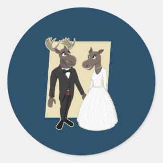 Dibujo animado divertido del boda de los alces pegatina redonda