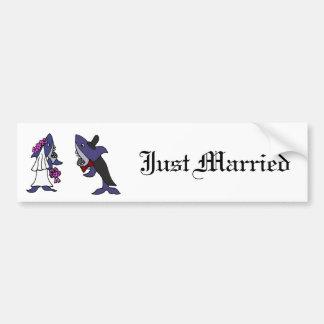 Dibujo animado divertido del boda de novia y del etiqueta de parachoque