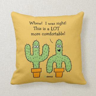Dibujo animado divertido del cactus en fondo del cojín decorativo