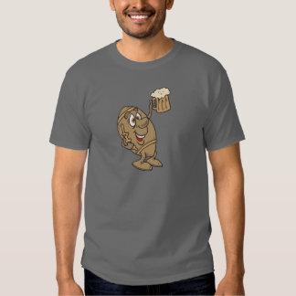 dibujo animado divertido del fútbol que sostiene camisas
