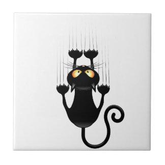 Dibujo animado divertido del gato negro que rasguñ azulejo cuadrado pequeño