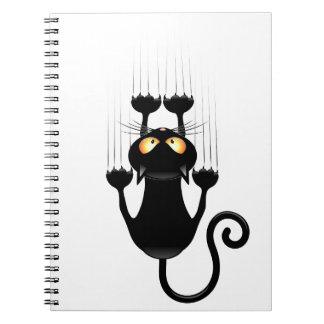 Dibujo animado divertido del gato negro que rasguñ cuadernos